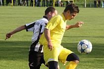 Nejlepší střelec okresního přeboru Ondřej Březina (ve žlutém)  si v neděli poranil koleno. Vedoucí Kozojídky si však postup do vyšší soutěže nenechaly vzít.