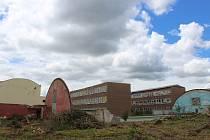 Následky tornáda a odklízení týden poté v Základní škole U Červených domků v Hodoníně.