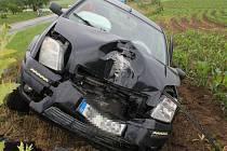 Nárazem do sloupu elektrického vedení skončila středeční jízda muže za volantem osobního auta značky Ford. Podle policistů zřejmě podcenil jízdu na mokré silnici.