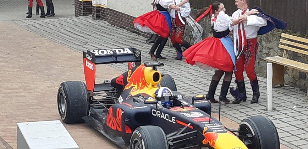Vůz formule 1 burácel ve čtvrtek ve vinařském areálu Nechory v Prušánkách na Hodonínsku. Natáčel štáb Red Bullu.
