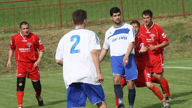 Zkušený záložník Lovčic Fotis Maniatis (v bílém) se snaží vymanit z obležení hráčů Hroznové Lhoty.