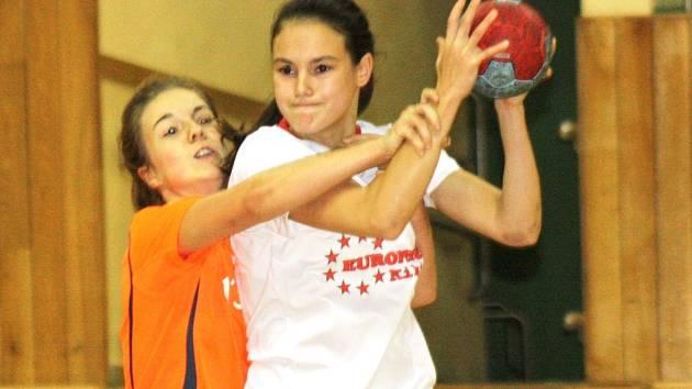 Mezinárodní turnaj starších žákyň, který se o víkendu uskutečnil ve sportovní hale TEZA, vyhrály házenkářky Dunajské Stredy. Mladé Slovenky si domů odvezly Pohár města Hodonína. Domácí tým skončil v mezinárodní konkurenci.