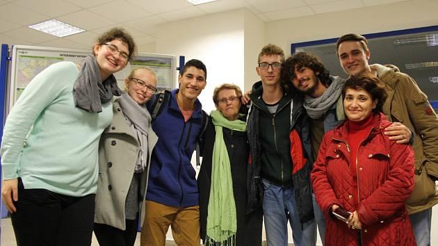 Zcela vlevo na snímku je Amit Nizri, šestnáctiletá izraelská studentka, hned vedle ní se usmívá studentka Klvaňova gymnázia Barbora Kaletová, která Nizri zajistila ubytování, uprostřed stojí učitelka angličtiny Hanna Rozen.