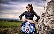 Ze záliby se stal plný pracovní úvazek. Výtvarnice Vendula Pucharová z Drnholce na Břeclavsku přenáší motivy z lidových krojů na módní oblečení.