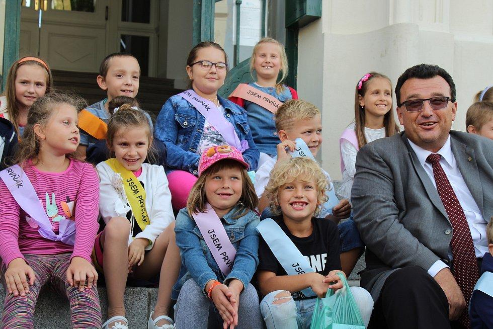 Místostarosta Jiří Janda pasoval před hodonínskou radnicí letošní prvňáčky