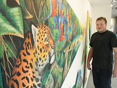 Hodonínský malíř Petr Přikryl zahájil výstavu Obrazy trochu jinak v hodonínské Městské knihovně a Galerii Vednevnoci.