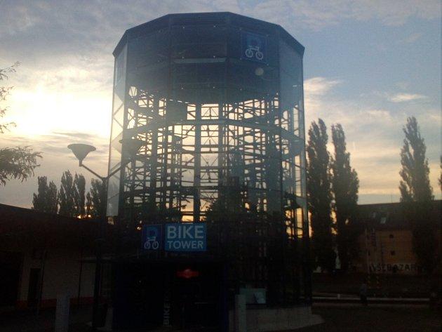 Nová cyklověž u hodonínského vlakového nádraží.