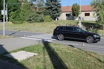 Volkswagen Passat srazil na přechodu pro chodce školáka. Dítě s vážným zraněním přepravil do nemocnice vrtulník.