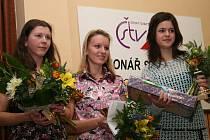 Nejlepší sportovkyně okresu Hodonín. Zleva: třetí Alena Vachovcová (stolní tenis), druhá Monika Chlebíková (atletika) a vítězná Veronika Ištvánková (karate)