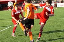 Nezáživné derby Čejkovic (v červených dresech) se sousední Čejčí skončilo remízou 1:1.