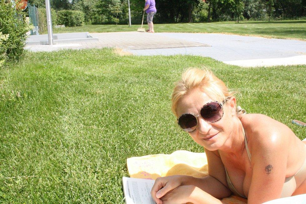 První den sezony 2015 na hodonínském letním koupališti.