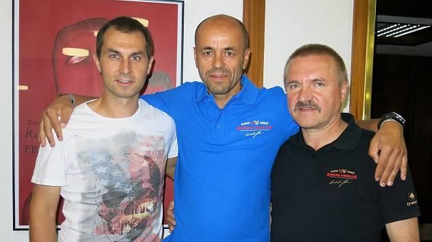 Nejúspěšnější český profesionální horolezec Radek Jaroš (uprostřed) rád přijal pozvání sportovního nadšence a kamaráda Jiřího Konečného (vpravo dole).