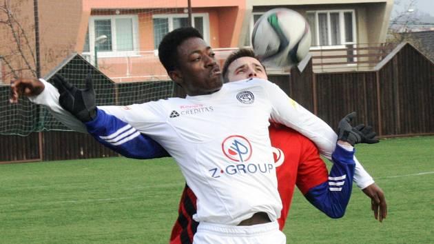 Hodonínský stoper Jakub Červinek pečlivě stráží útočníka Slovácka Devonta Mortona, který v přípravném zápase neproměnil penaltu.