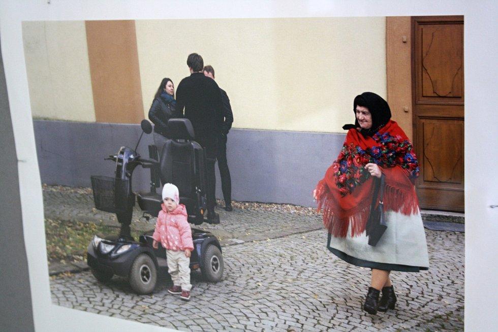 Fotografka Liba Taylor vystavuje v hodonínské knihovně několik snímků žen v tradičním oblečení na Podluží.