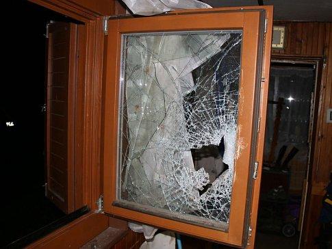 Zloděje policisté chytili při vloupání do chatky.