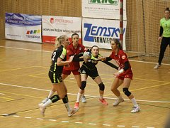 Třinácté kolo házenkářské MOL Ligy skončilo jasně pro družstvo z Veselí nad Moravou (červené dresy). To rozdílem čtrnácti branek nad Hodonínem zvítězilo.
