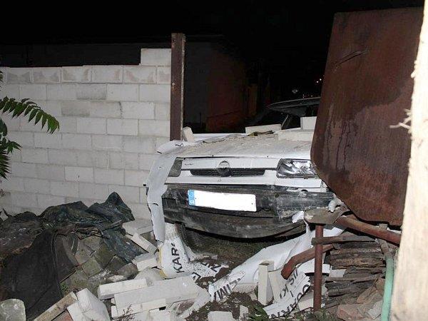 Osobní auto vrozbourané zdi našly při své obchůzce hodonínské policistky vŽižkově ulici. Vautě seděla osmapadesátiletá řidička. Tvrdila, že se jí zatočila hlava. Byla ale opilá.