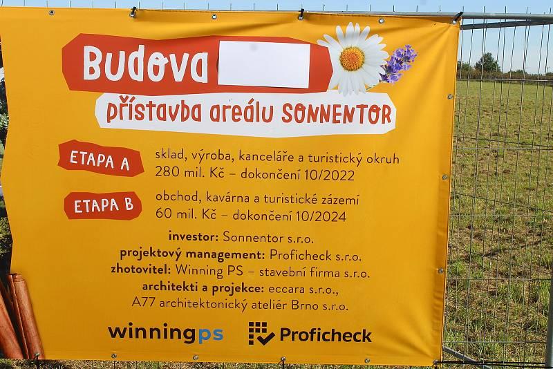 Poklepání na základní kámen nové haly výrobce biočajů a biokoření v Čejkovicích.