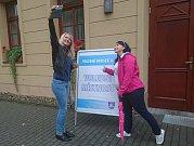 """I mladí lidé měli o volby zájem. Ve Velké nad Veličkou si dvě prvovoličky vyfotily selfie před vstupem na obecní úřad. """"Pózovaly tam, hledaly vhodnou pozici u tabule, aby se pochlubily, že šly volit. To je záslužné,"""" řekl člen volební komise a zpravodaj D"""