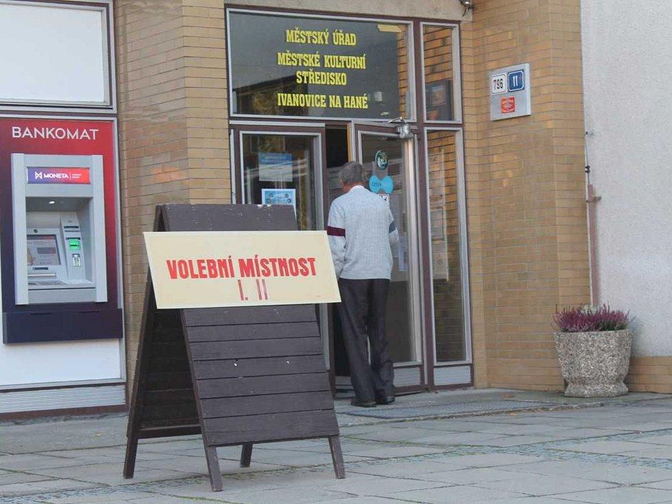 V Ivanovicích na Hané byli v pátek s volební účastí spokojení. Většina lidí podle nich přijde v sobotu.