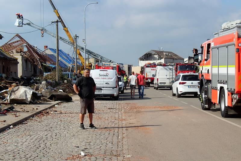 Následky řádění tornáda likvidují v Lužicích i v sobotu.