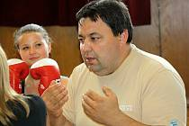Mladí boxeři se pod vedením trenéra Dalibora Klobásky připravují v těmické Sokolovně čtyřikrát týdně.