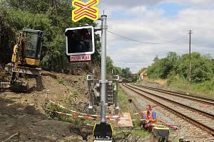 Až do konce srpna musí cestující počítat s výlukami a omezeními vlaků v Bohuslavicích u Kyjova. Dočkají se za to bezpečného přechodu pro chodce.