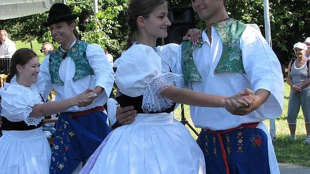 Je to pradávný zvyk pocházející až ze sedmnáctého století. Vinaři jej dodržují dodnes. Slavnostní zarážání hory opět uspořádají i ve Strážnici.