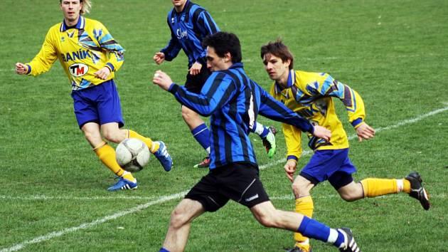 Fotbalisté Rohatce (v modročerném) porazili v 18. kole první A třídy sousední Ratíškovice 2:0.