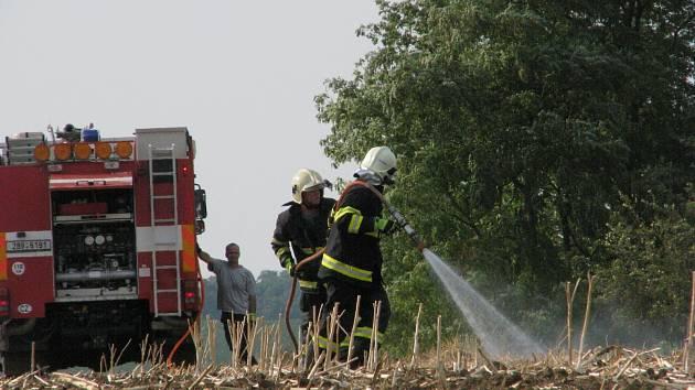 Požár strniště a vinohradu u Josefova.