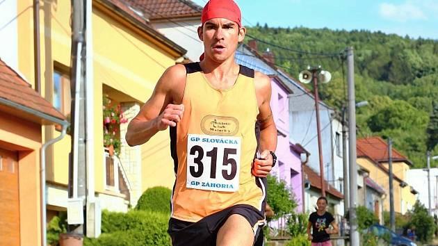 Slovenský závodník Jakub Valachovič (na snímku) v Nové Lhotě o sedm vteřin vylepšil svůj výkon z roku 2013, když pětikilometrovou trať zvládl za 16:08 minuty.