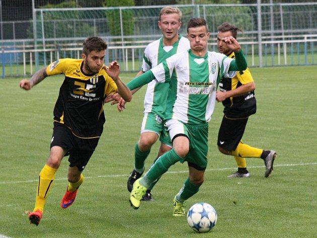 Fotbalisté Bzence (bílozelené dresy) porazili v úvodním přípravném zápase Strání 5:2.