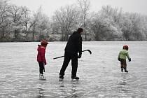 Oblíbeným místem na přírodní bruslení v okolí Hodonína je Písečný rybník. Hned po Novém roce jeho led vyzkoušeli malí i velcí bruslaři.
