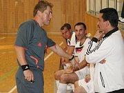 Rozhodčí Gasnárek uklidňuje trenéra Stamaha K. Salaye