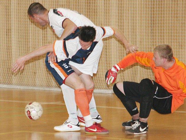 Semifinále krajského poháru ČMFS: Stamaho Hodonín (v bílém) vs Tango Brno