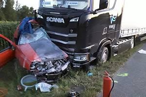 Srážku kamionu s osobním autem nepřežili dva mladí lidé. Jednu mladou ženu z místa nehody letecky převáželi záchranáři s velmi vážnými poraněními do nemocnice.