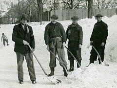 """Odklízení sněhu před vysekáváním ledu odváženého do """"ledovny""""."""
