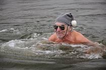 Potápí se, plave v ledové vodě, běhá, jezdí na kole, navzdory umělé chlopni a devětašedesáti křížkům na krku. Jiří Humpolík z Hodonína si život bez sportu neumí představit.