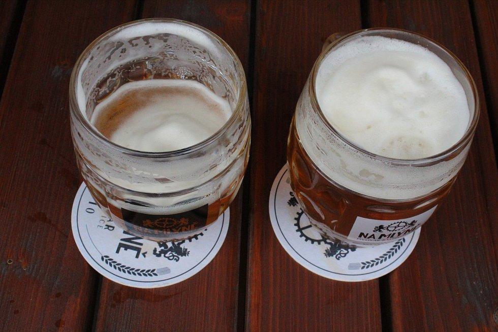 Čerstvé pivo dostávají už i hosté na zahrádce pivovaru Na Mlýně v Ratíškovicích. Uvolňování karantény, 11. května 2020.