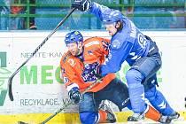 Hodonínští hokejisté ve 31. kole druhé ligy přestříleli Valašské Meziříčí 6:4. Na snímku o puk bojuje obránce Drtičů Martin Miklík (v oranžovém dresu).
