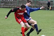 Hodonínští dorostenci (v červených dresech) doma porazili Kroměříž 2:0. Hráči do sedmnácti let se stejným soupeřem remizovali 1:1.