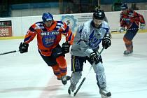 Hodonínští hokejisté remizovali v úvodním přípravném zápase se slovenskými Piešťany 2:2. Domácí útočník Radoslav Smetana (vlevo) atakuje hostujícího Marcela Holoviče, který zajímavý zápas dvěma proměněnými nájezdy nakonec rozhodl.