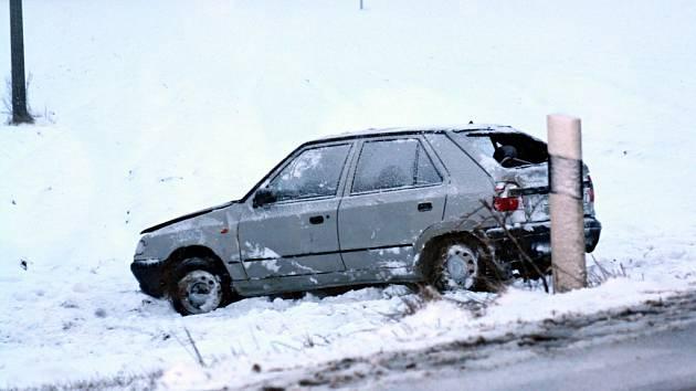 Po pátečním sněhovém přívalu skončilo auto u Svatobořic-Mistřína mimo silnici.
