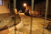Opravovaná část třídy Dukelských hrdinů v Hodoníně v úterý večer.