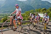 Tým Na kole dětem pro podporu onkologicky nemocných dětí v čele s Josefem Zimovčákem zdolává nástrahy náročných etap cyklistického závodu Giro d´Italia.