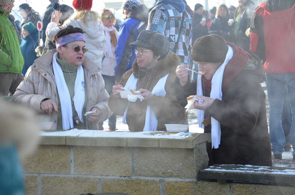 Na poslední den v roce se sešli obyvatelé šesti obcí mikroregionu Nový dvůr na tradičním silvestrovském pochodě za prasátkem. Ten se letos konal ve Skoronicích.