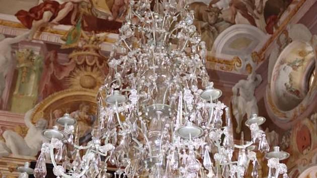 Září novotou. Dvě stě kilový křišťálový lustr odborníci zrestaurovali a vrátili zpět do freskového sálu zámku v Miloticích. Obnovy se dočkal po tři sta letech.