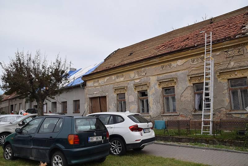 Následky řádění tornáda v Moravské Nové Vsi a v Hruškách.