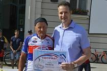 Okolo dvou set cyklistů v čele s Josefem Zimovčákem tvořilo peloton, který v sobotu ráno přijel na Masarykovo náměstí.