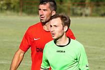 Šardický fotbalista Petr Vacula (ve světle zeleném dresu) při zápase v Miloticích za stavu 0:0 úmyslně kopl pokutový kop vedle branky.